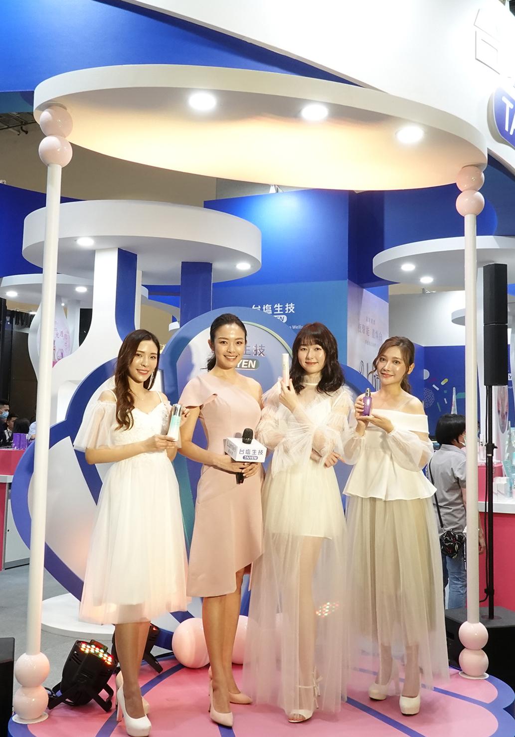 伊林名模團隊展示「綠迷雅」最新系列產品,臺鹽國家級美妝品遇見美麗嬌點,在2020亞洲生技大展現場備受矚目。