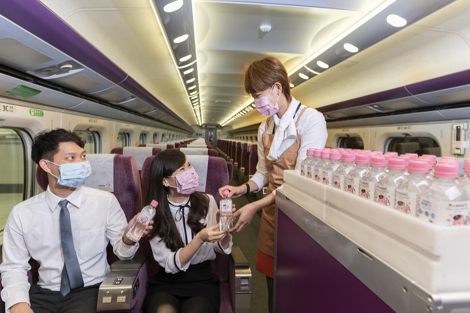 凡搭乘台灣高鐵商務車廂,即可享用「台灣高鐵與卡娜赫拉的小動物」聯名出品的「台鹽海洋鹼性離子水」。