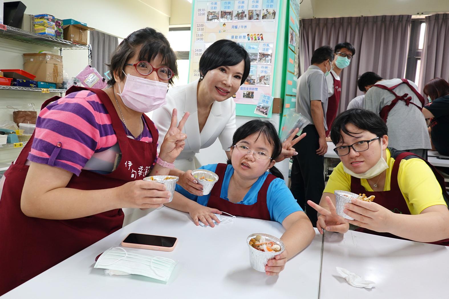 臺鹽總經理吳旭慧(左二)陪伴身障青年製作母親節幸福料理,讓身障青年在職涯上增添更多動力。