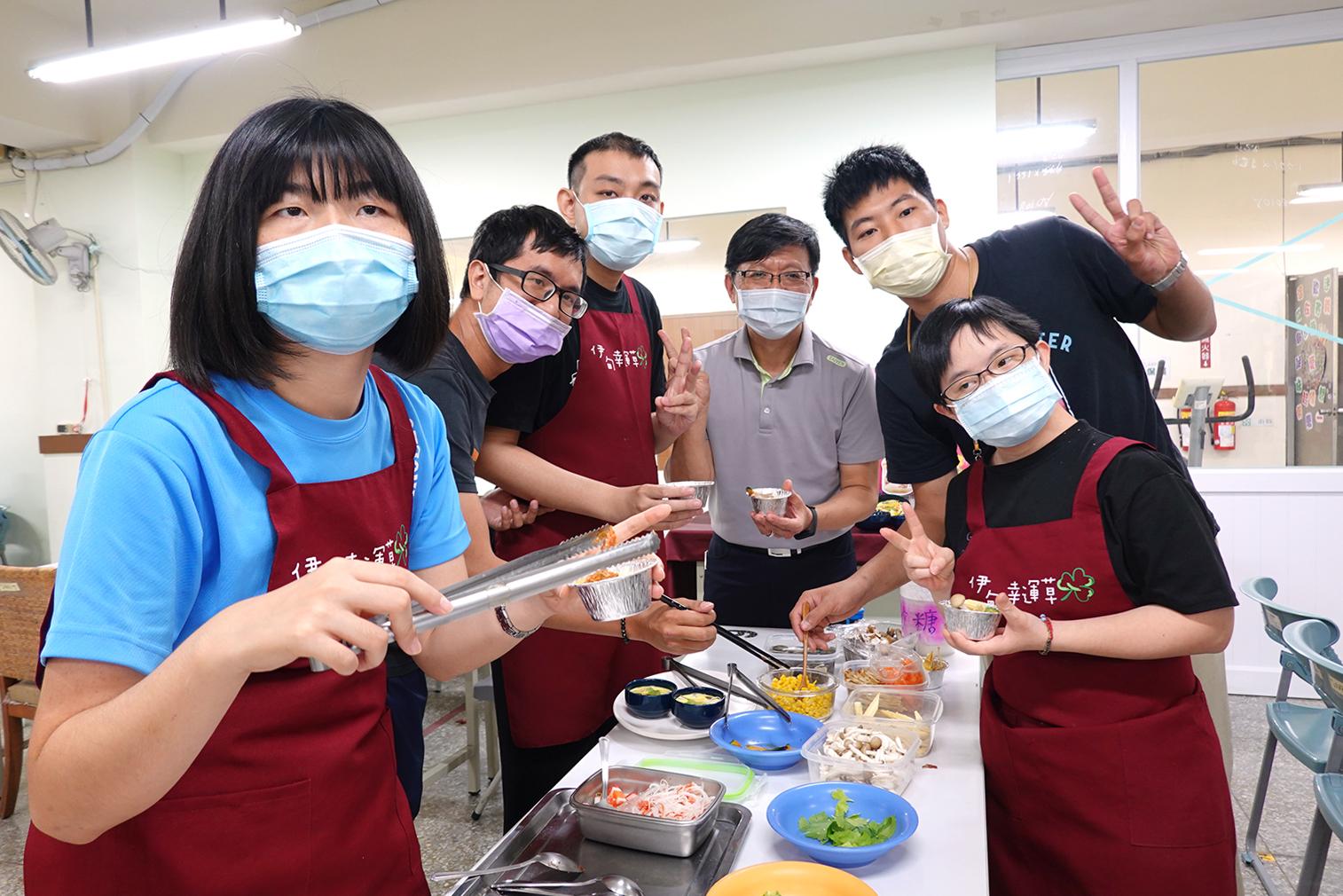 臺鹽副總經理陳世輝(右三)捲起衣袖巧扮料理師傅,教導用「鹽麴」製作熱騰騰的「幸福蒸蛋」料理。